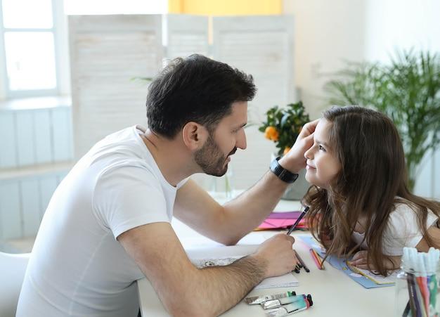 お父さんと娘の宿題 無料写真
