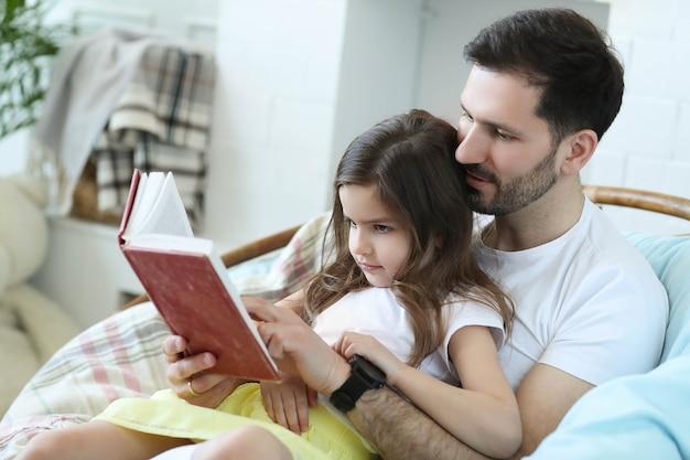 Папа и дочь вместе дома Бесплатные Фотографии