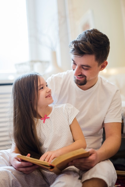 Dad celebrates fathers day with daughters Free Photo
