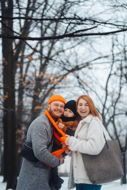 Папа мама и малыш в парке зимой Бесплатные Фотографии