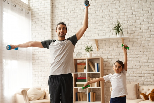 Dad with daughter are keeping healthy lifestyle Premium Photo