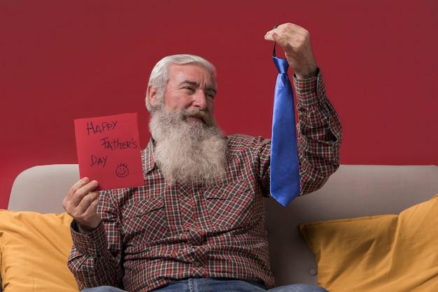 Papà con un regalo di sua figlia Foto Gratuite