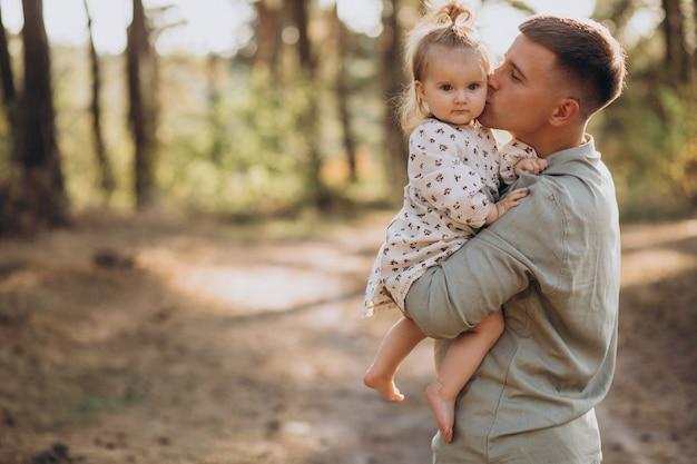Papà con la piccola figlia che abbraccia nella foresta Foto Gratuite