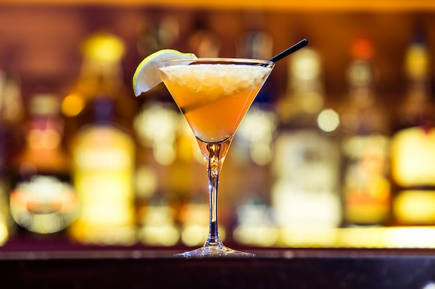 Дайкири коктейль в баре Premium Фотографии