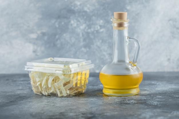 나무 테이블 치즈와 기름에 유제품 구색. 고품질 사진 무료 사진