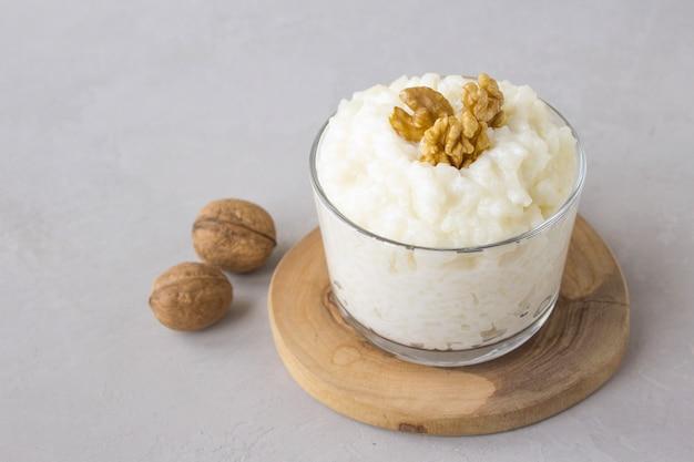 Dairy rice porridge walnut Premium Photo