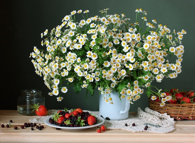 Daisies and strawberries Premium Photo