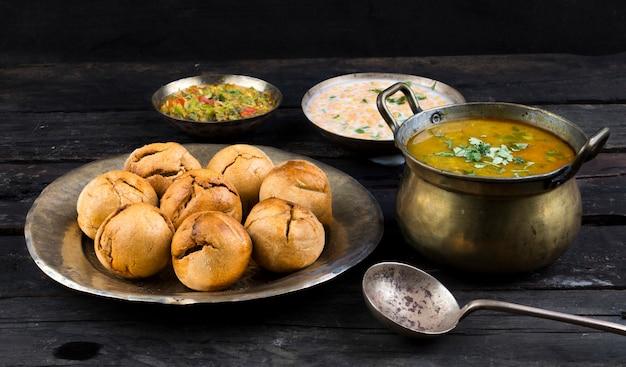 インド料理dal baati、ラージャスターン、ウッタル・プラデーシュ州、マディヤ・プラデーシュ州で人気があります Premium写真