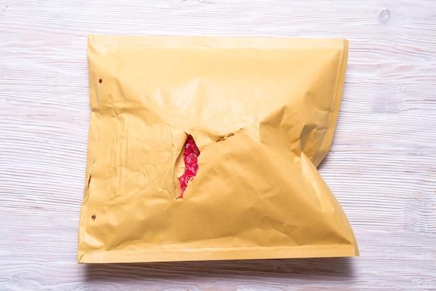 ダマデ茶色の紙パッド入り封筒。 Premium写真