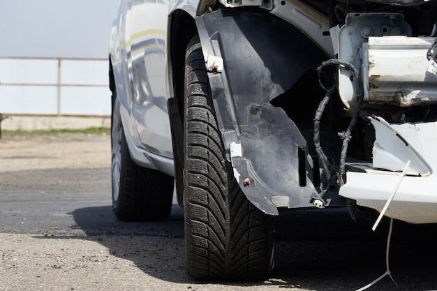 事故後の車の損傷。リアバンパーを取り外した車両 Premium写真