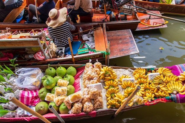 Damnoen saduak floating market near bangkok in thailand Premium Photo