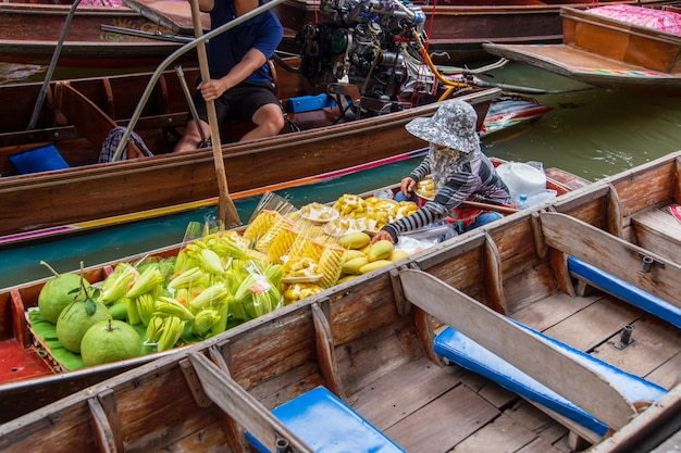 Damnoen saduak floating market near bangkok in thailand Premium Photo