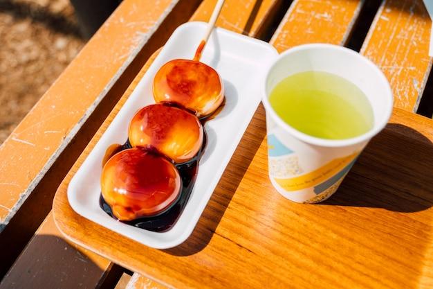 だんごとティーカップ日本の甘いデザート 無料写真