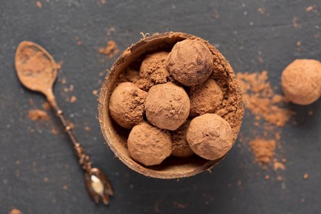 ダークチョコレートトリュフココアパウダー、ココナッツシェルのボウル、上面図 Premium写真