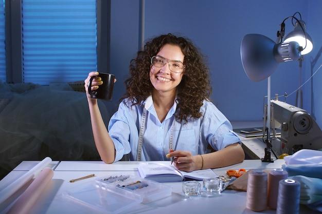 На работе девушка смотрит и улыбается девушка на работе прикольные