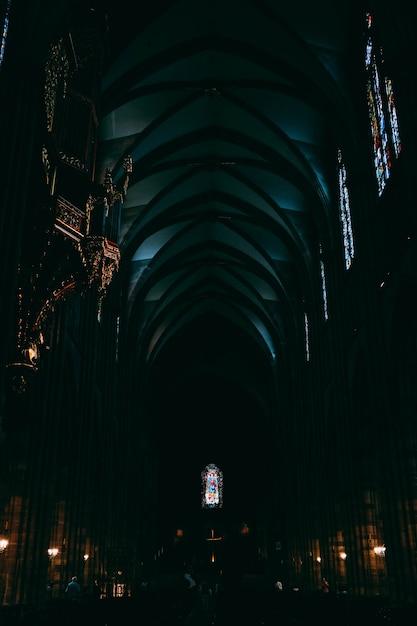 Corridoio buio all'interno della cattedrale di notre dame catturato a strasburgo, in francia Foto Gratuite