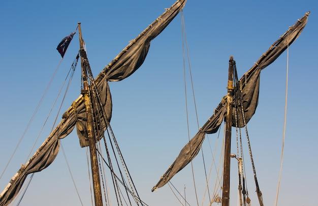 Alberi scuri di una nave con il cielo sullo sfondo Foto Gratuite