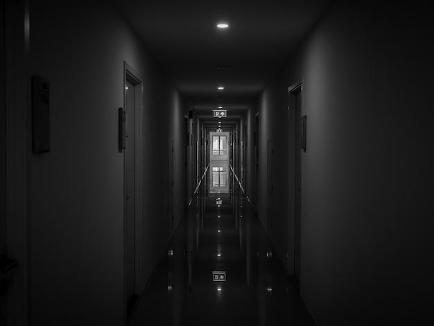건물의 어두운 신비한 복도 프리미엄 사진