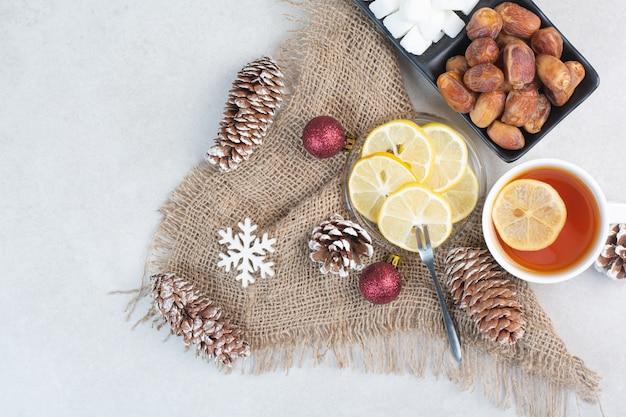 Un piatto scuro di pagnotta di zucchero e frutta secca su sfondo bianco. foto di alta qualità Foto Gratuite