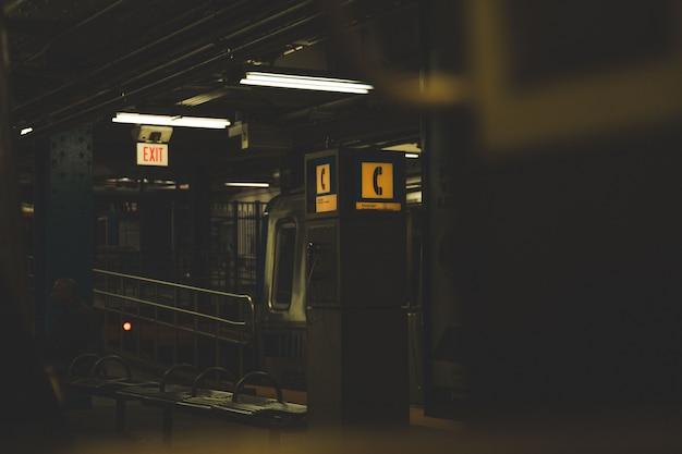 地下鉄駅の電話ブースのダークショット 無料写真