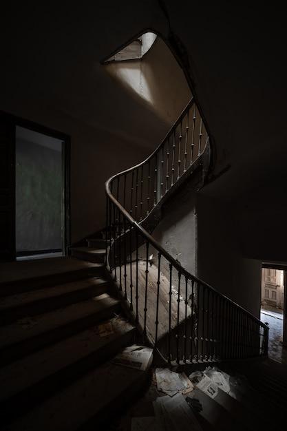 버려진 된 집의 어두운 계단 프리미엄 사진