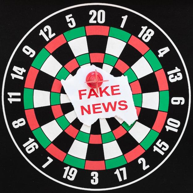 フェイクニュースのダーツボード 無料写真