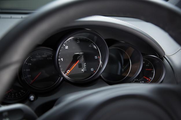 Панель приборов роскошного автомобиля под фарами Бесплатные Фотографии