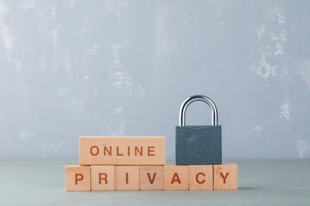 Концепция конфиденциальности данных с деревянными блоками со словами, заблокируйте его вид сбоку. Бесплатные Фотографии