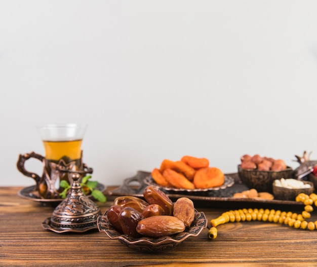 Dates fruit with tea and beads Free Photo