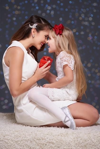 一緒に楽しんでいる娘と彼女の母親 無料写真