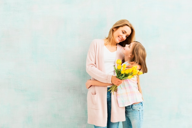 娘とママを抱きしめるとお互いを見て Premium写真
