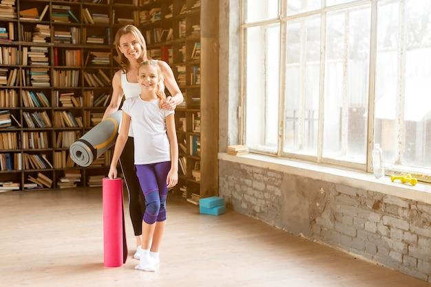 Дочь и мама держат коврики для йоги Бесплатные Фотографии