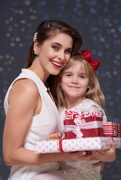 贈り物の山を持つ娘とお母さん 無料写真