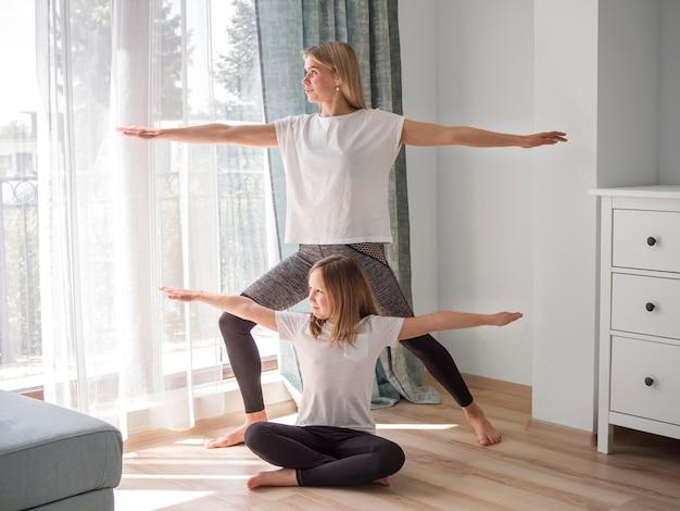Дочь и мама занимаются йогой Бесплатные Фотографии