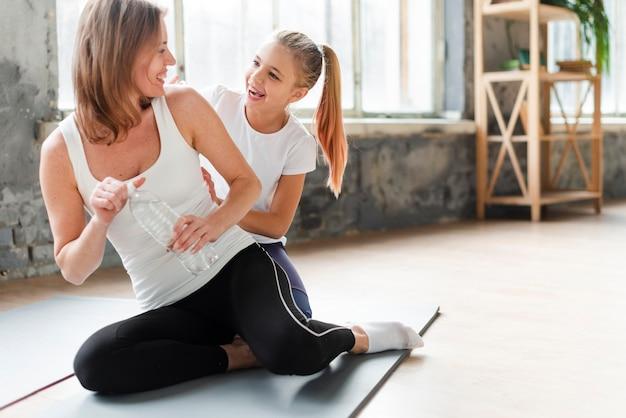 Дочь и мама на коврик для йоги Бесплатные Фотографии