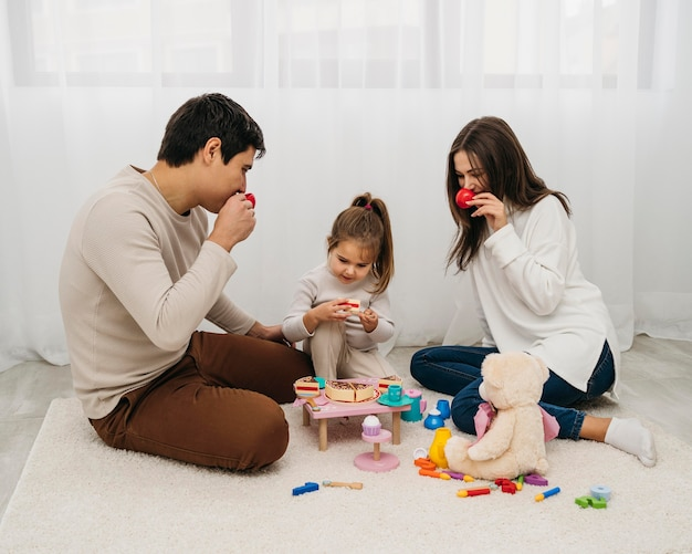 Дочь и родители играют вместе дома Бесплатные Фотографии