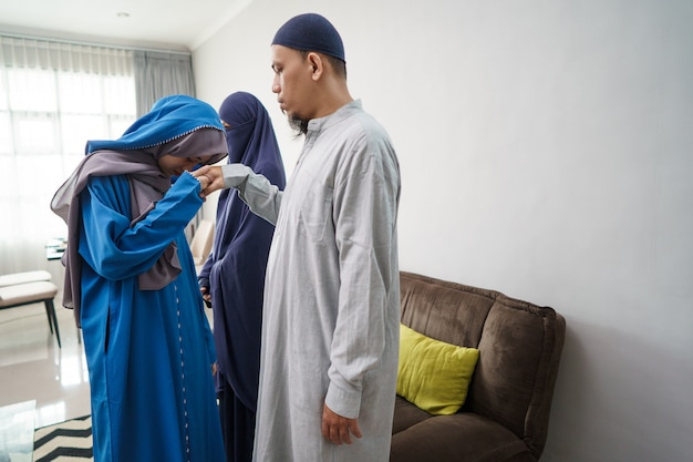 Daughter apologizing to her dad in ramadan eid celebration Premium Photo