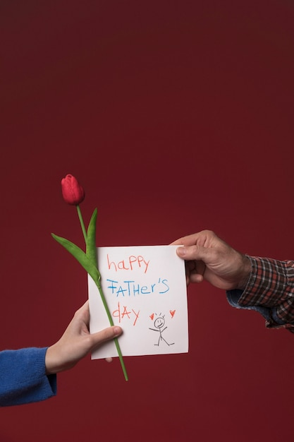 Daughter giving dad fathers day greeting card Free Photo