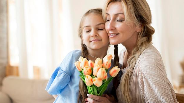 Дочь дарит маме букет цветов в подарок Бесплатные Фотографии