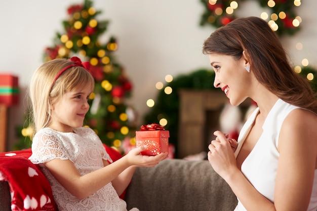 Figlia che consegna il regalo per la mamma Foto Gratuite