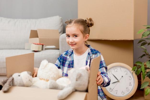 Дочь помогает упаковывать коробки Бесплатные Фотографии