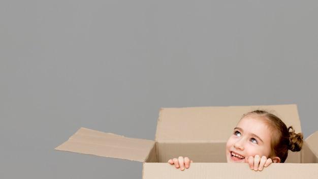 Дочь помогает с упаковочными коробками Бесплатные Фотографии
