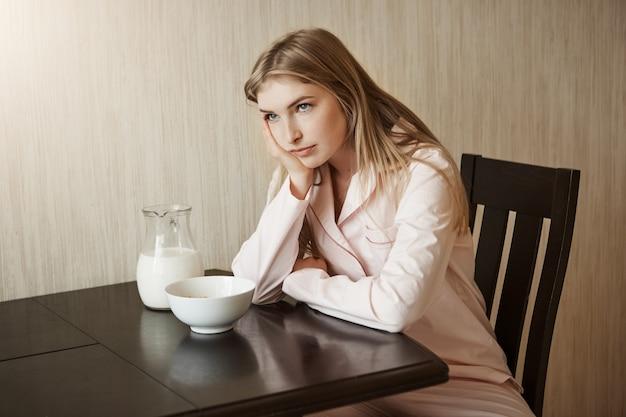 娘は毎日同じ朝食にうんざりし、悩まされ、悩まされている 無料写真