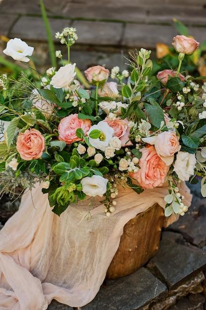 夏のアルストロメリアとバラの花のウェディングブーケdavid austin Premium写真