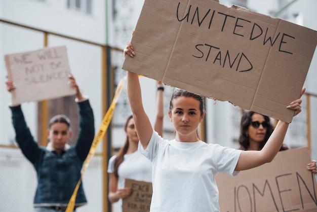 День восстания. группа женщин-феминисток протестует за свои права на открытом воздухе Бесплатные Фотографии