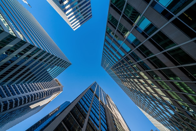 アメリカ、ワシントンdcの青い澄んだ空の下で近代的なオフィスグラス建物都市景観 Premium写真