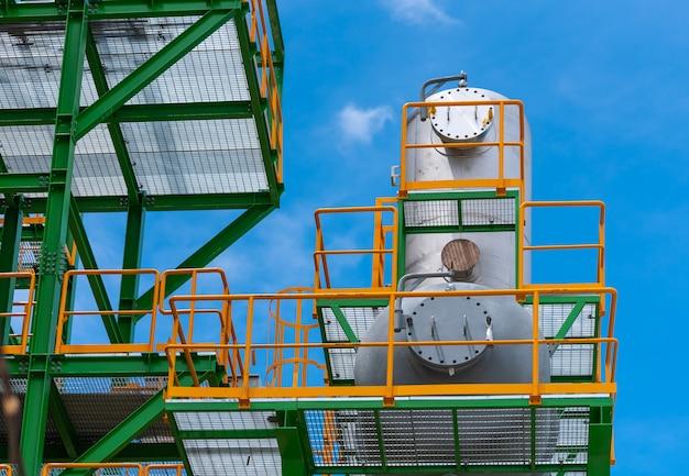 発電所の脱気鋼タンク Premium写真