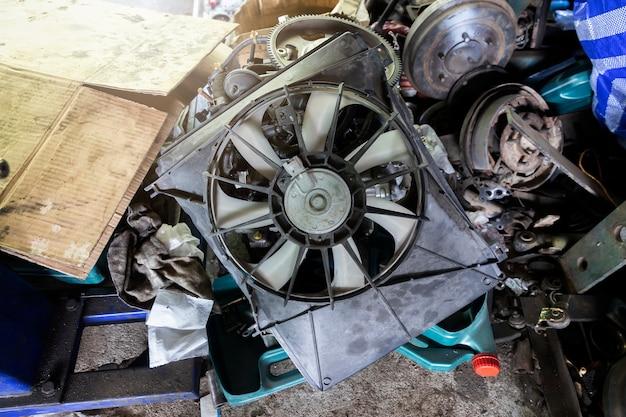 Мусор автомобильного двигателя в авторемонтном гараже. Premium Фотографии