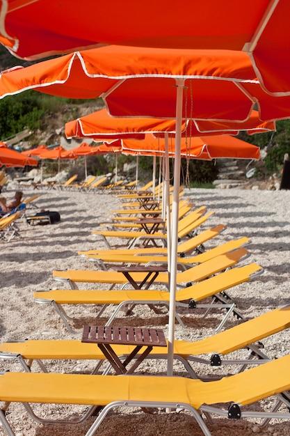 해변에서 갑판의 자 프리미엄 사진