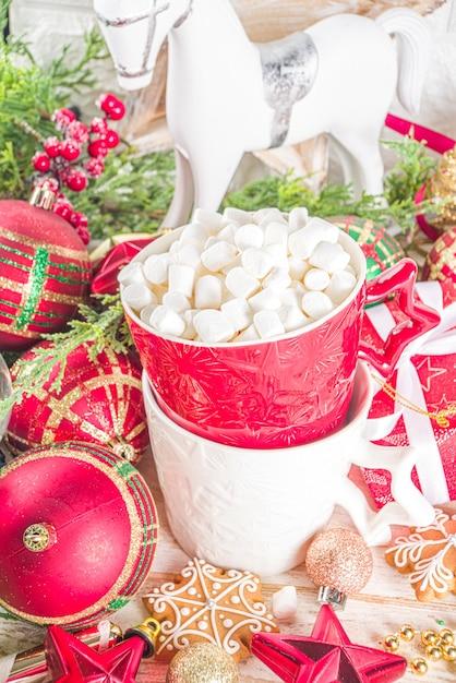 싸구려, 크리스마스 선물 상자 및 핫 초콜릿 컵 장식 프리미엄 사진